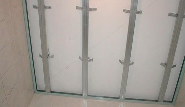 монтаж пластикового потолка фото