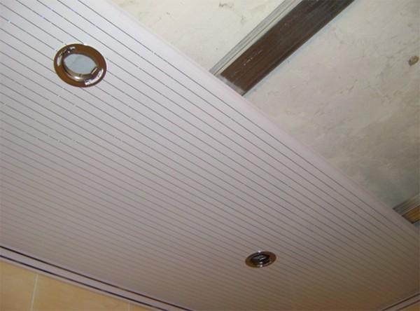 установка пластикового потолка фото