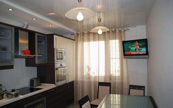 глянцевые натяжные потолки на кухне фото