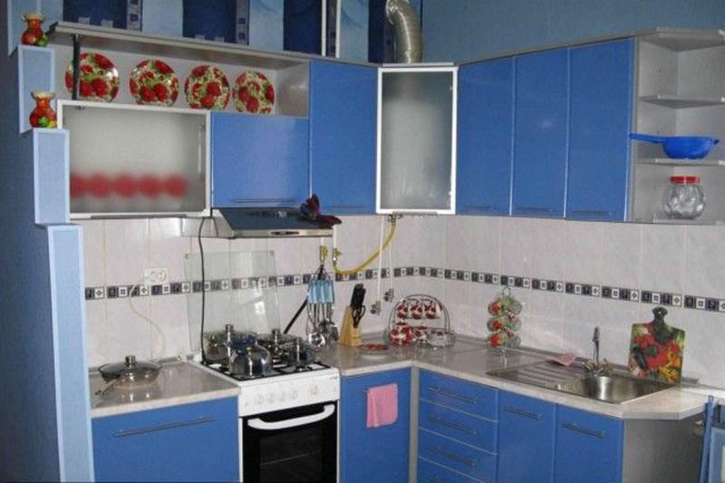 дизайн кухни в хрущевке с колонкой фото