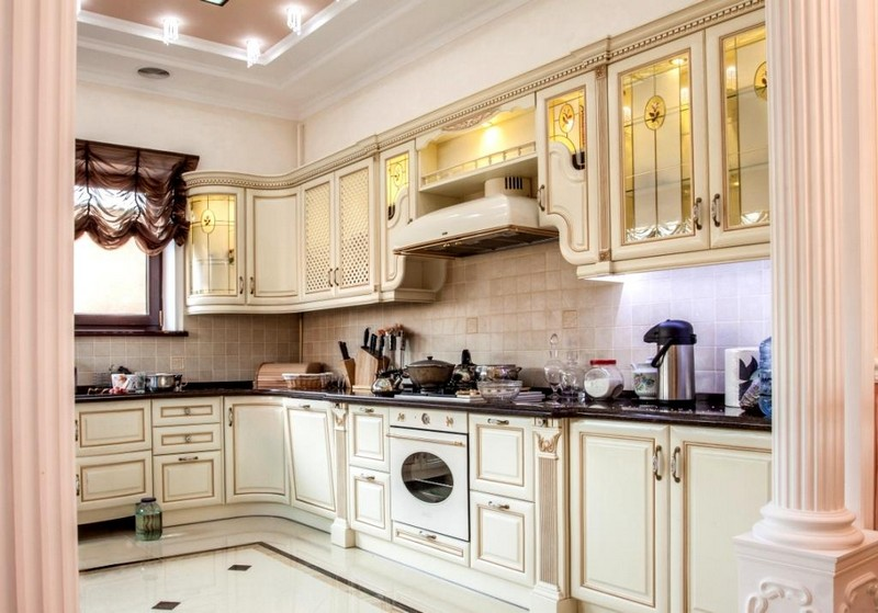 белая кухня в итальянском стиле фото