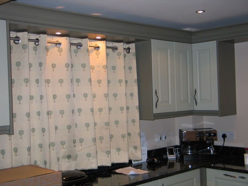 короткие шторы на люверсах для кухни фото