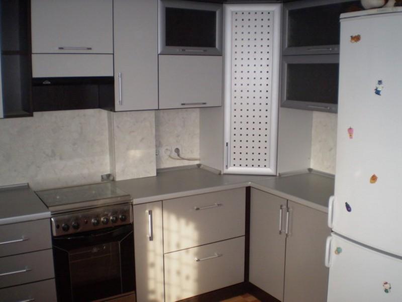маленькая кухня с газовой колонкой фото