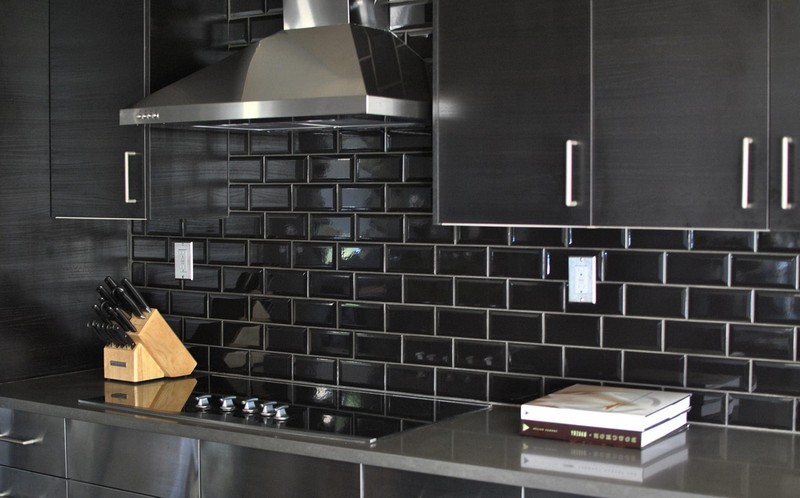 черный кабанчик на кухне фото