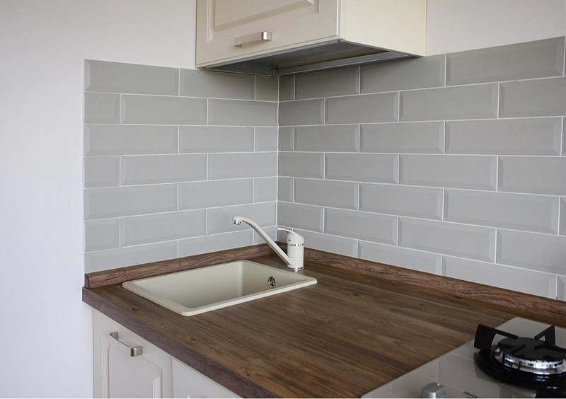 серый кабанчик на кухне фото