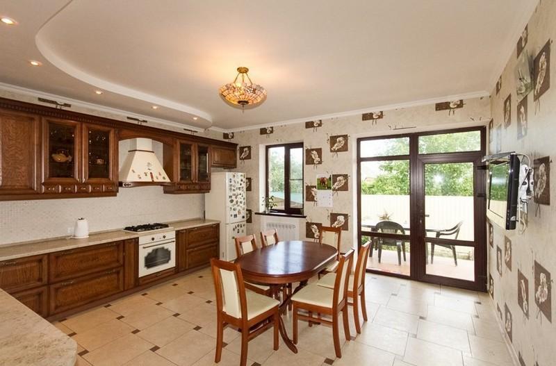 кухня в классическом стиле с выходом на террасу фото
