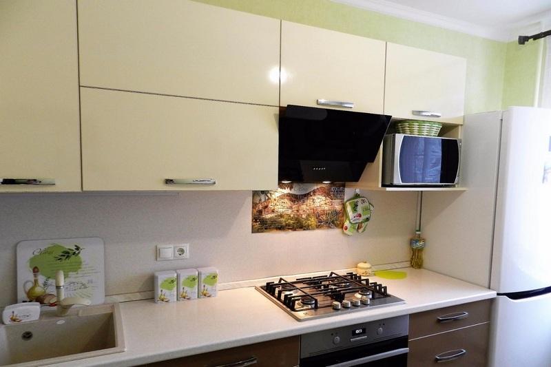 куда поставить микроволновку в маленькой кухне фото