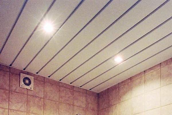 потолок на кухне из пвх панелей фото