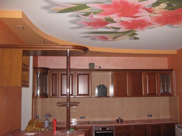 натяжной цветной потолок на кухне фото