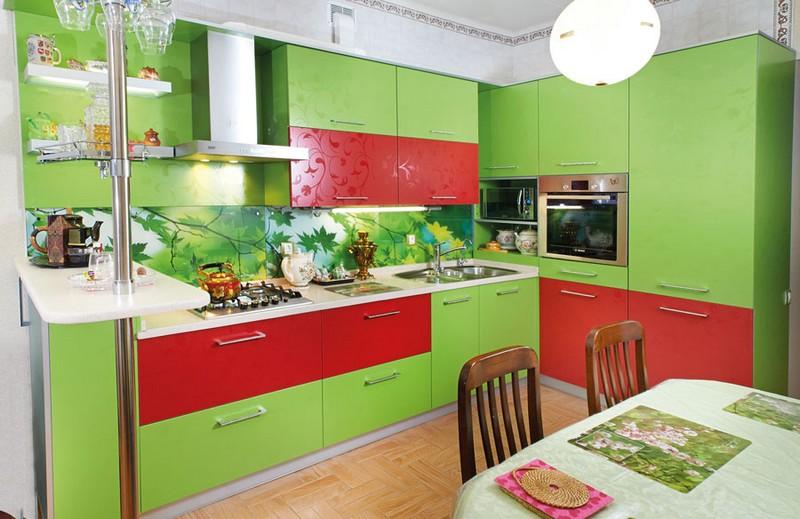 красная кухня с зелеными обоями фото