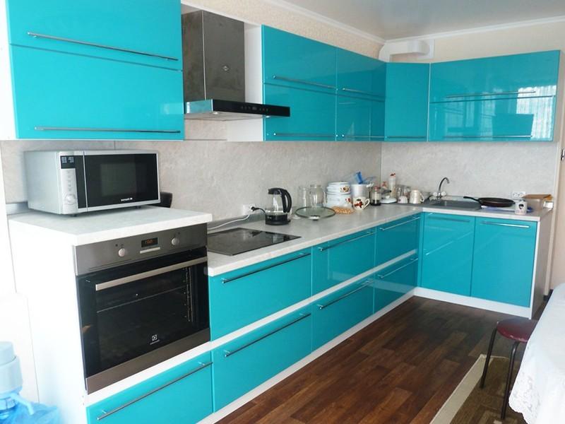 бело бирюзовая кухня фото