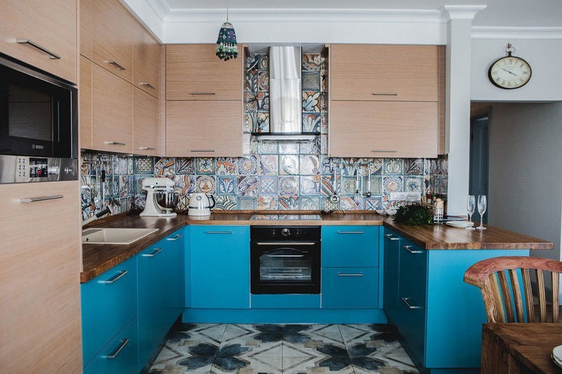 коричнево бирюзовая кухня фото